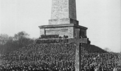 A screengrab from the British Pathe footage, showing thousands at the Wellington monument in 1926.