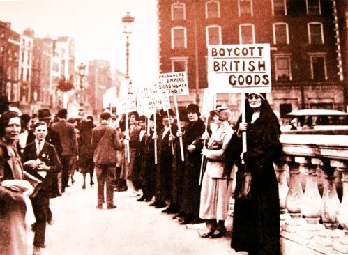 Maud Gonne photographed around the time of the dispute, clutching a 'Boycott British Goods' placard on O'Connell Bridge.