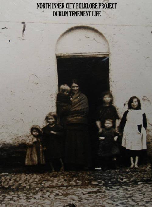 Inner-city women and children (Image posted by Dublin Tenement LIFE)