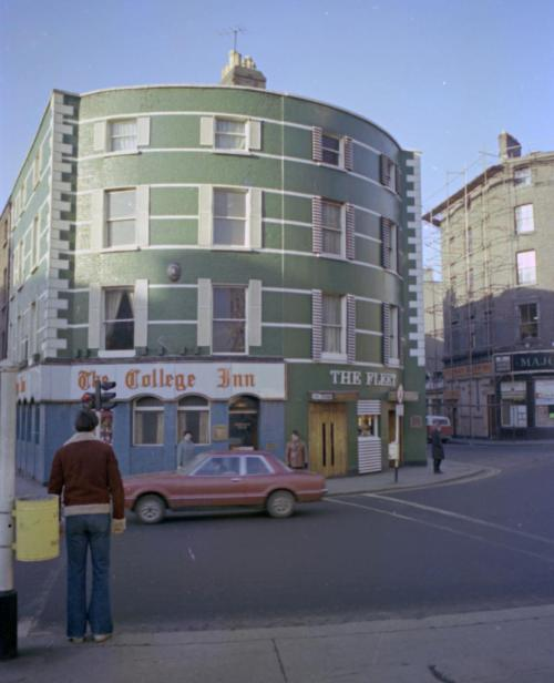 The College Inn (now Doyles) in 1978, College Green. (Credit - dublincitypubliclibraries.com)