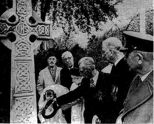 Eamon De Valera formally unveils the memorial. Credit - Irish Press (14 May 1973)