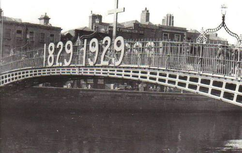 The bridge in 1929, decorated to mark the centenary of Catholic Emancipation (Image: Dublin Tenement LIFE)