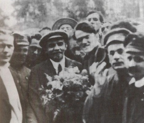 Roddy Connolly. who chaired the meeting at which the banner was unveiled, shown with V.I Lenin in Petrograd, 1920. (Via: https://www.facebook.com/IrishRepublicanMarxistHistoryProject/photos/pb.618026518228391.-2207520000.1418120818./849167988447575/?type=1&theater)