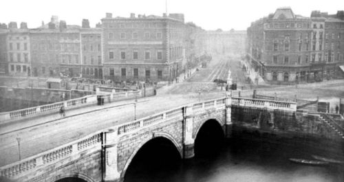 A view of the Carlisle Bridge House as it appeared. It was ultimately replaced by the O'Connell Bridge House (Image: http://www.irishtimes.com/bridges-of-dublin-1.1554914)