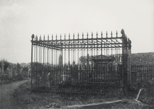 An iron grill upon a nineteenth century grave. This was intended to deter would-be resurrectionists. (Image: https://janeaustensworld.wordpress.com/2010/10/30/body-snatching-a-most-ghoulish-19th-century-affair/)