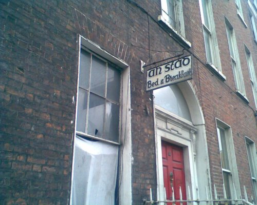 The name 'An Stad' on no.43 in 2007. (Image: http://derelictdublin.blogspot.ie/2007/12/43-north-frederick-street-dublin-1.html)