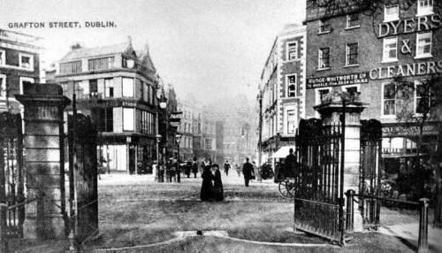 The entrance to the Green prior to the unveiling of the Fusilers' Arch in 1907.